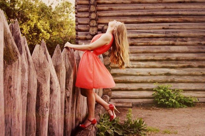 dodatki do czerwonej sukienki